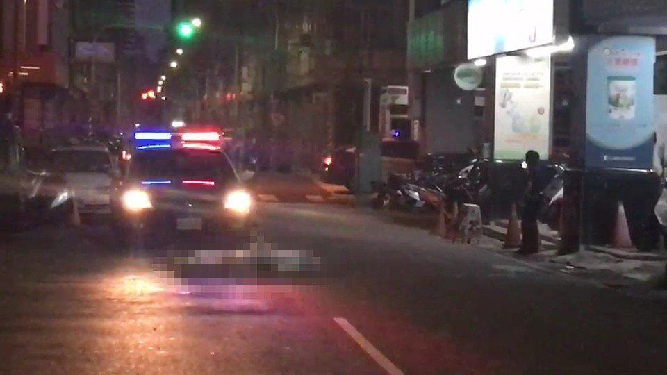高雄市苓雅區仁義街今凌晨傳出命案,附近住戶約4點30分時,見到窗外路上有男子倒臥...