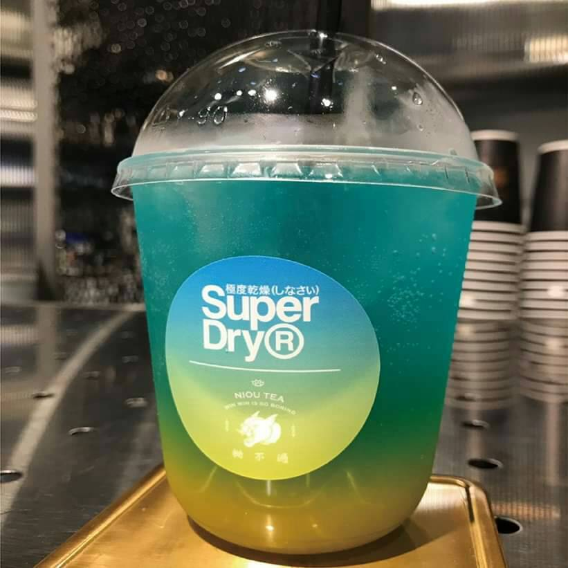 Superdry找來漢方新潮手搖飲「拗不過」跨界合作推飲品。圖/Superdry...