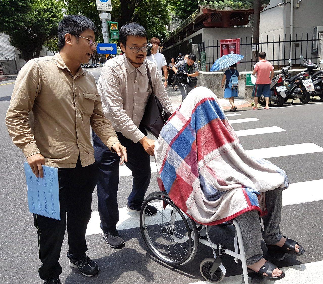高等法院詐欺案甫開完庭,律師郭上維(中)即推著坐輪椅、蓋棉被的黃琪(右)轉赴台北...