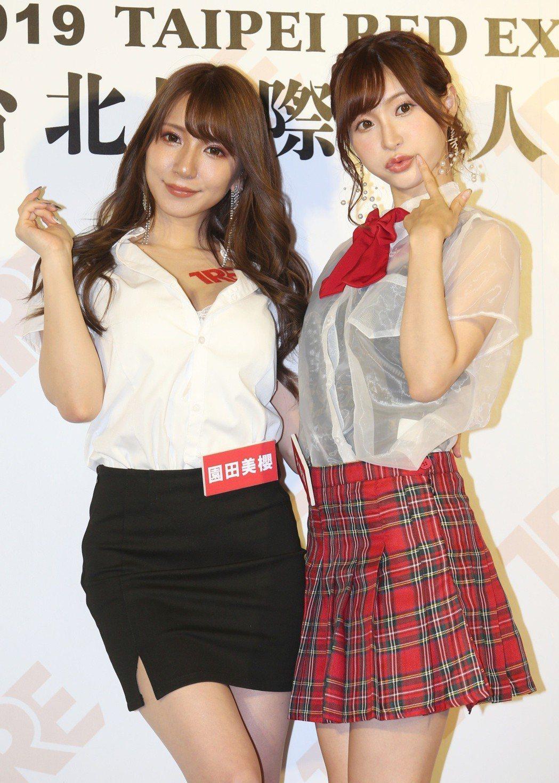 AV女優園田美櫻(左)與天使萌分別扮演性感秘書與甜美偶像。記者侯永全/攝影