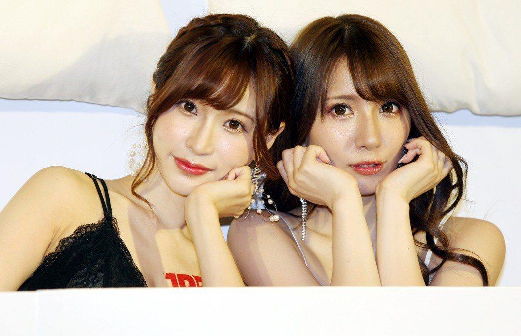 AV女優園田美櫻(左)與天使萌昨在「TRE台北國際成人展」宣傳記者會中,穿著性感...
