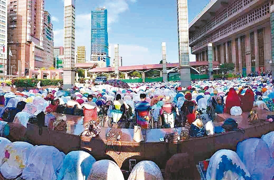 去(2018)年年底台北火車站穆斯林聚集禱告盛況。 心忠顧問公司/提供