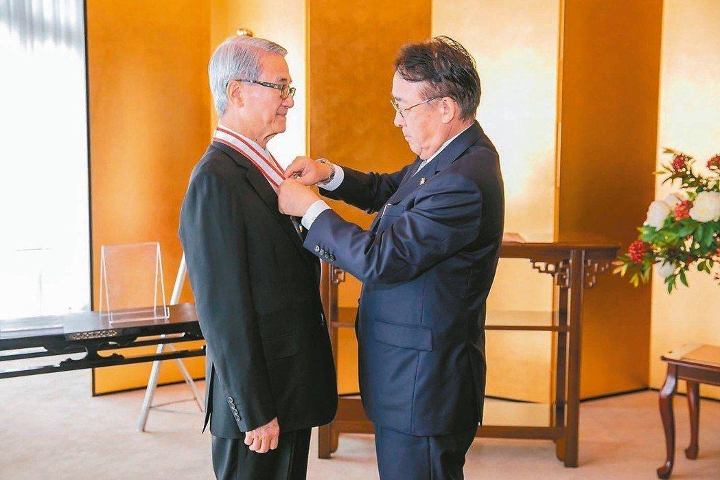 新光醫院董事長吳東進(左)獲日本德仁天皇授予「旭日中綬章」,昨日在日本大使官邸由...