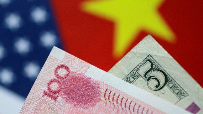 美國總統川普一再抨擊中國操縱人民幣匯率,凸顯出他的關稅政策本身隱含一大瑕疵。圖/...