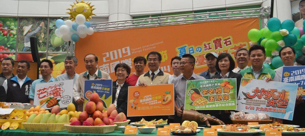 黃偉哲市長與李朝塘局長(前排右七)和芒果產區代表合影。  陳慧明 攝影