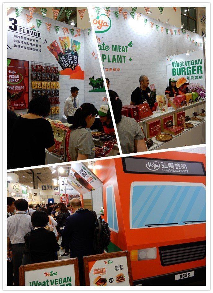 弘陽食品展示攤位以列車造型為裝潢,相當吸睛(下),現場許多民眾排隊試吃。...