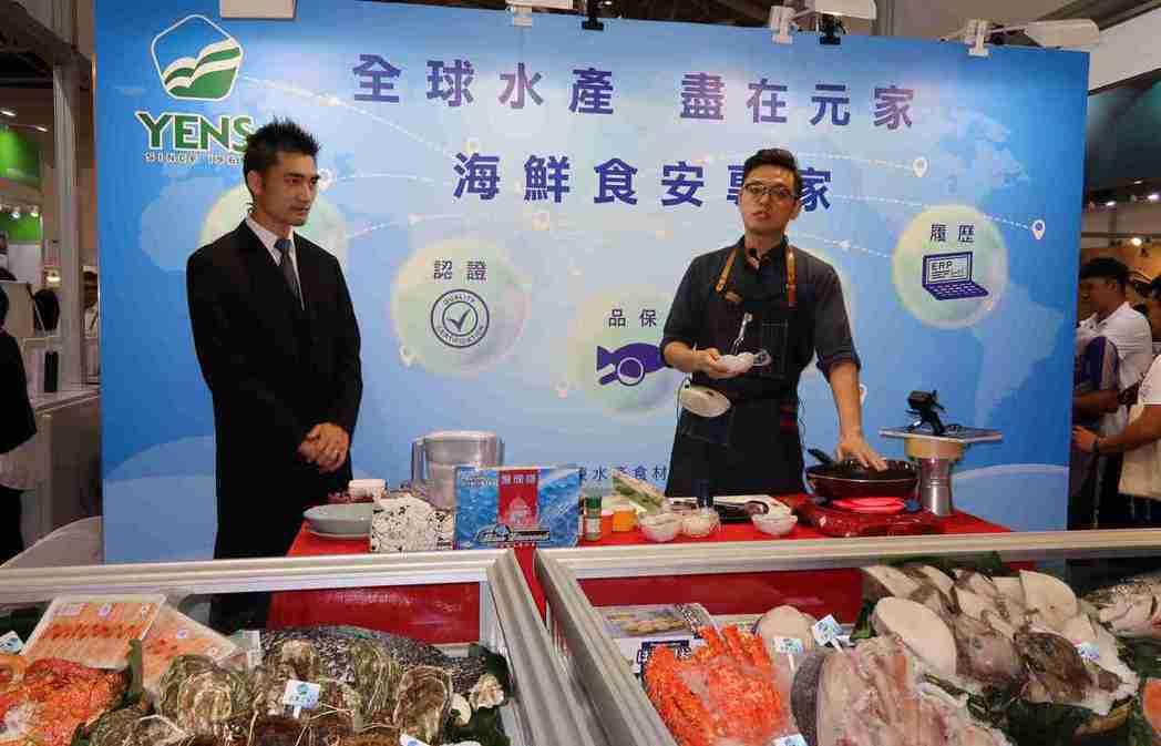 食品展期間,元家企業安排型男主廚Colin現場示範藍鑽蝦料理,教民眾如何料理藍鑽...