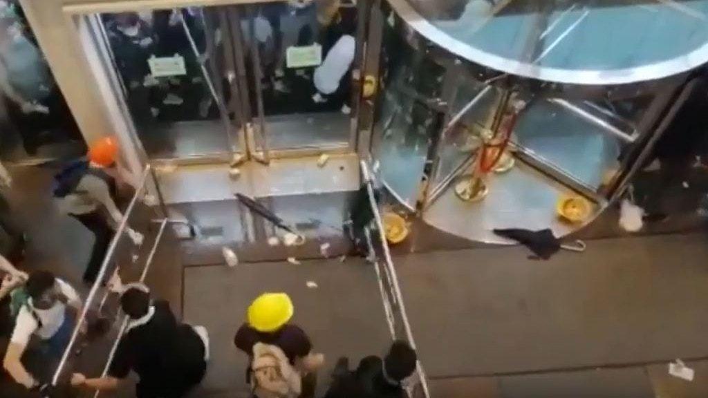 網片揭6.12示威區亂 催淚彈兩端夾擊中信險釀人踩人 (影片截圖)
