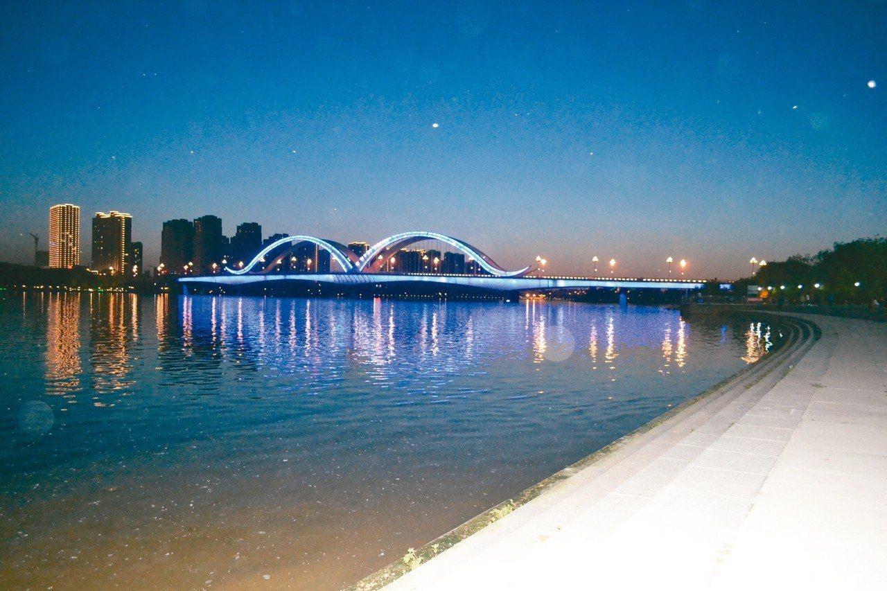 夜色下的太子河,恬靜安詳。