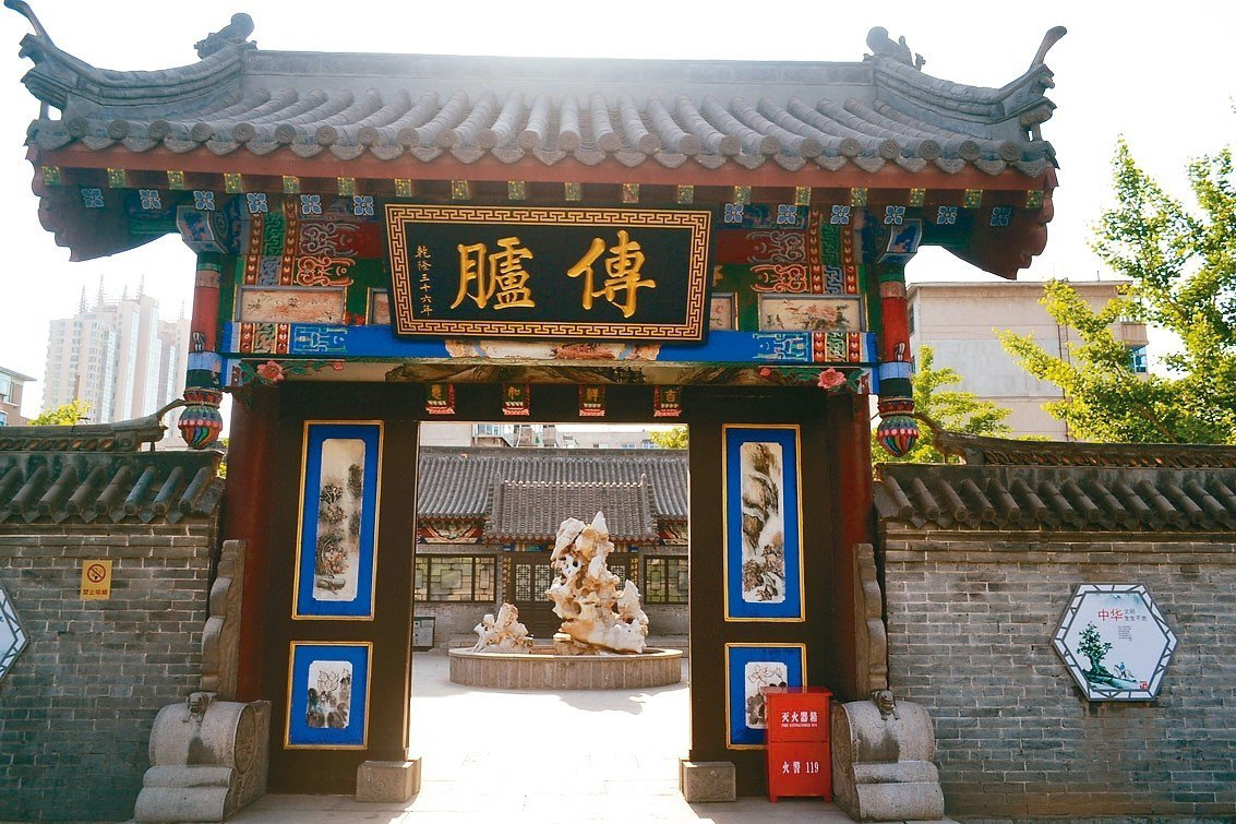 王爾烈紀念館小門樓內掛「傳臚」匾,代表其考中第四名傳臚。