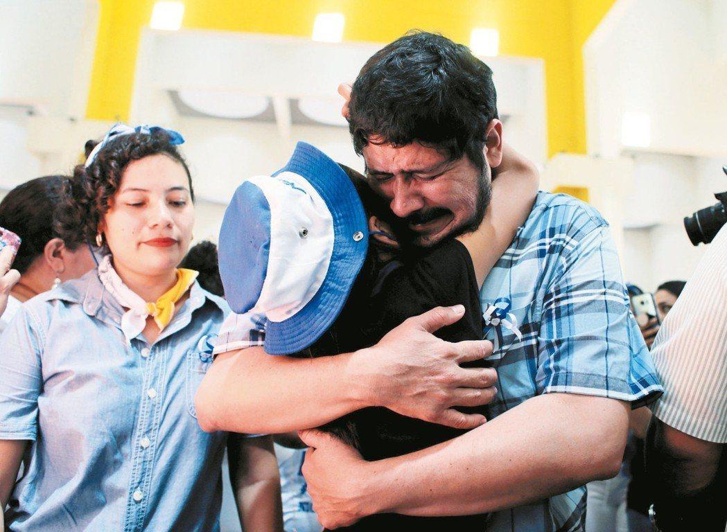 尼加拉瓜一名參與2018年反政府示威的被捕人士,獲釋後激動落淚。 路透