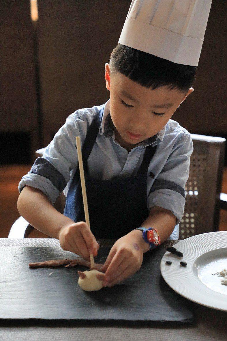 台南晶英暑期特別計畫,結合ROBIN'S,推出「一日小廚師」職人手作活動. 業者...