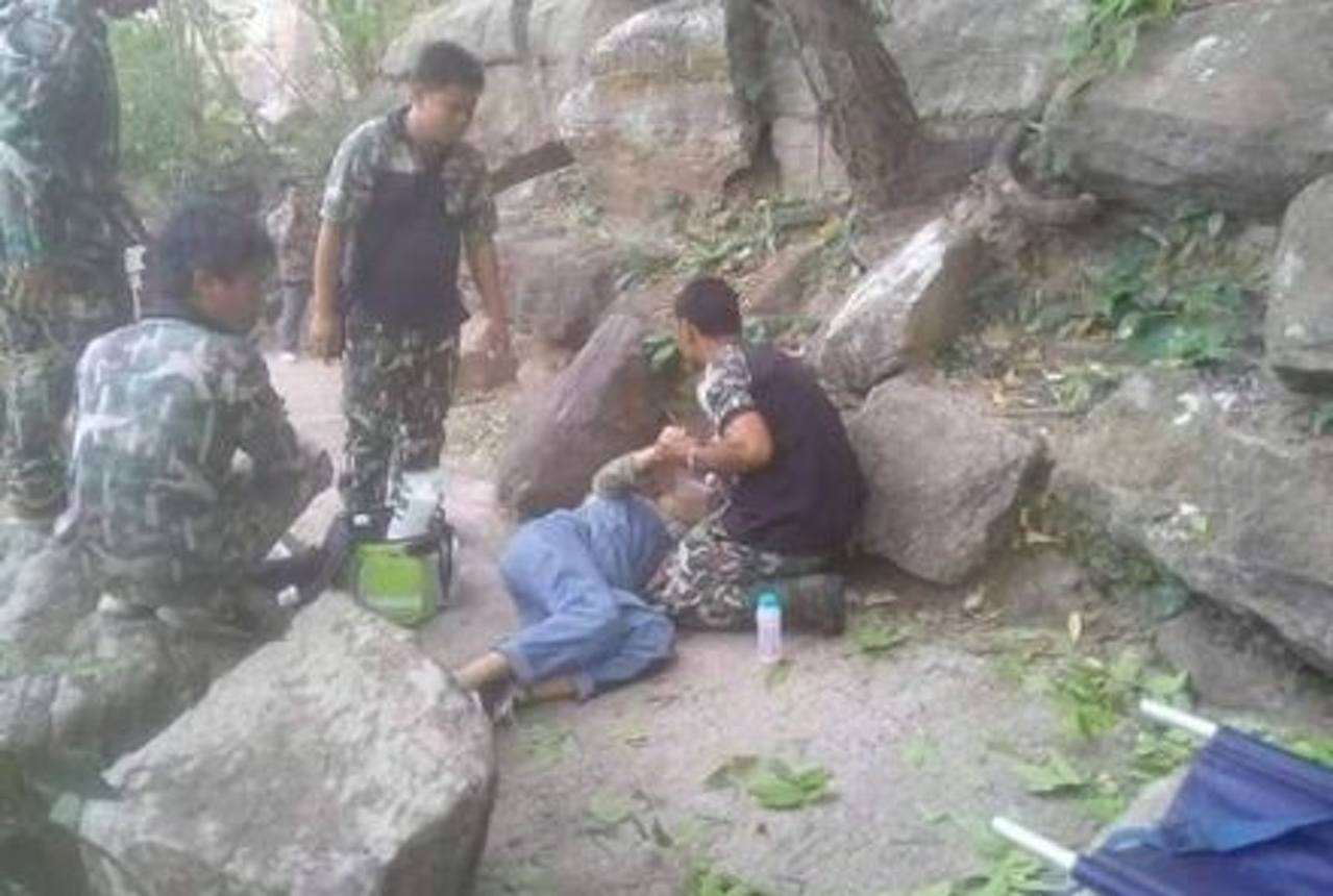 王楠墜崖後身體多處受傷及骨折,幸好她與腹中孩子皆無恙。(微博@南方都市報圖片)