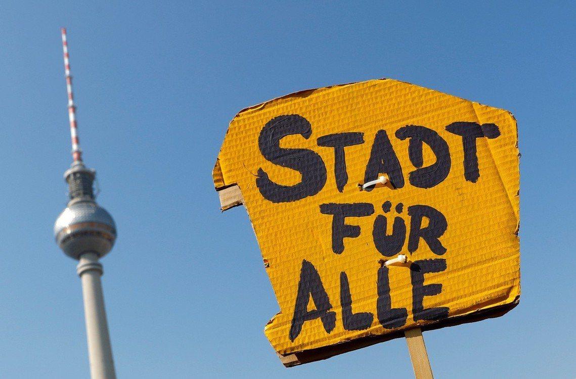 「城市是所有人的。」除了房租凍漲,另一項「房產公有化」是柏林另一項爭議的抗漲提議...