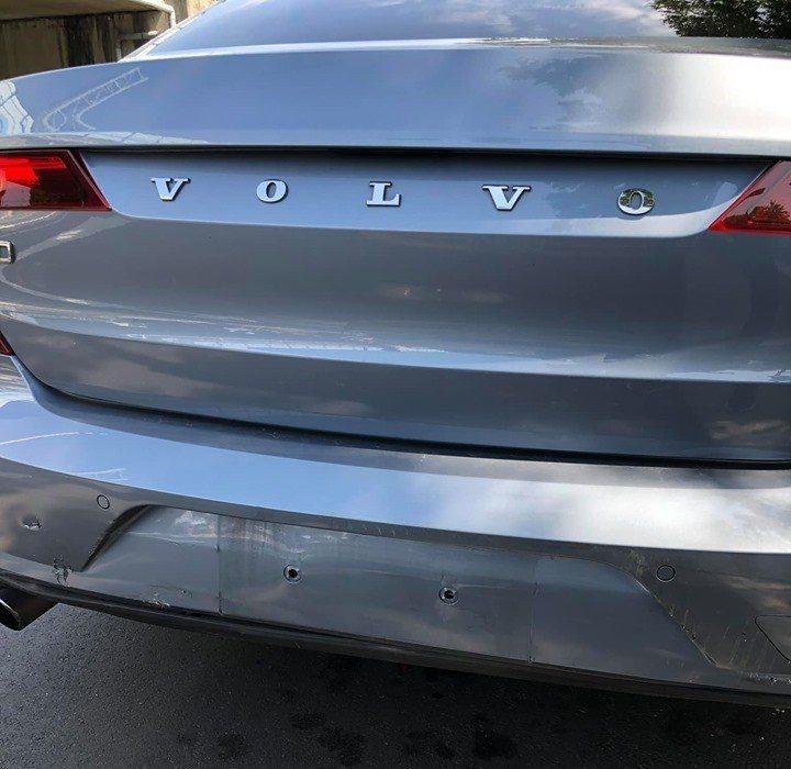 被追撞的Volvo S90僅僅只有擦傷。 圖/讀者提供