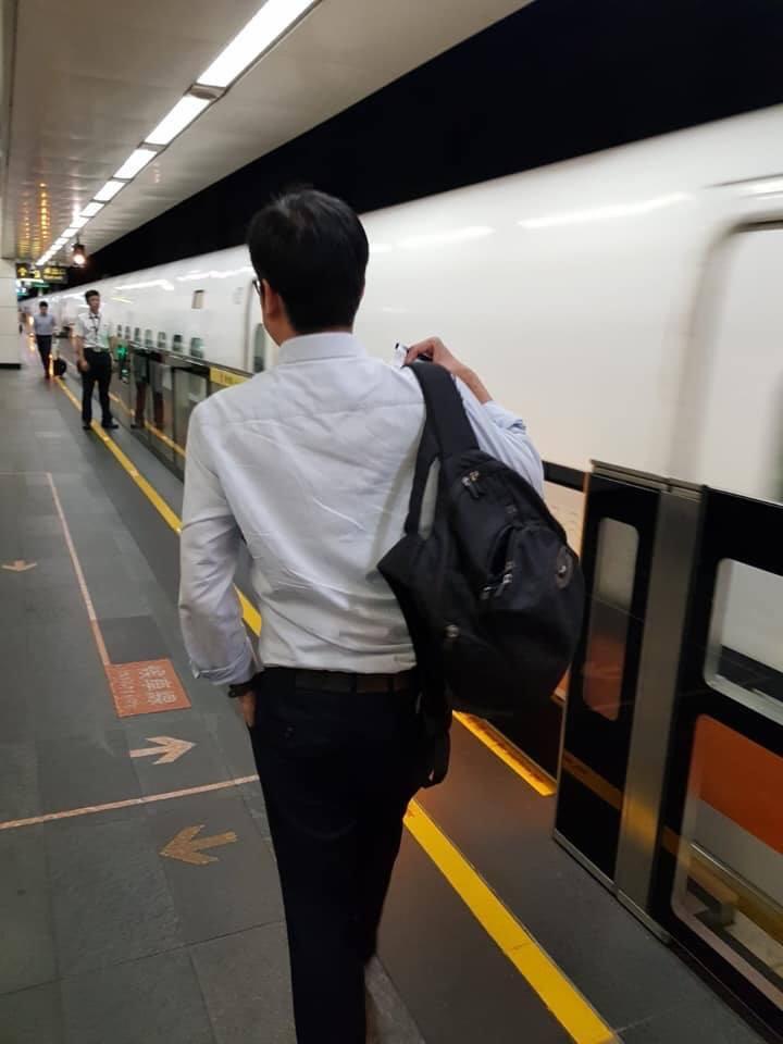 陳其邁一早在台北車站搭高鐵前往高雄時,被民眾認出,照下背影上傳臉書後引起討論。圖...