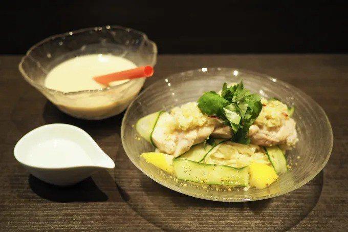 麵屋武藏近日開發一款「暗黑款」拉麵,將冷麵沾醬替換為「珍珠奶茶」。圖擷自/fav...