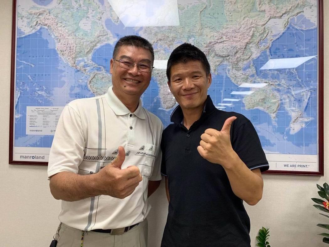 旅遊達人Super(右)及巨匠旅遊研究發展部協理莊立育接受專訪,暢談由達人領路的...