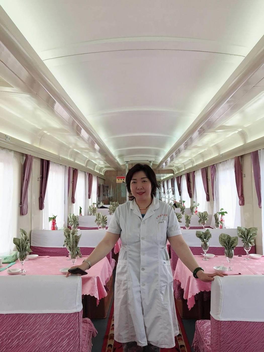 香格里拉專列豪華餐車專人服務,提供正餐8菜1湯、紅酒、碳酸飲料等美食。巨匠旅遊/...
