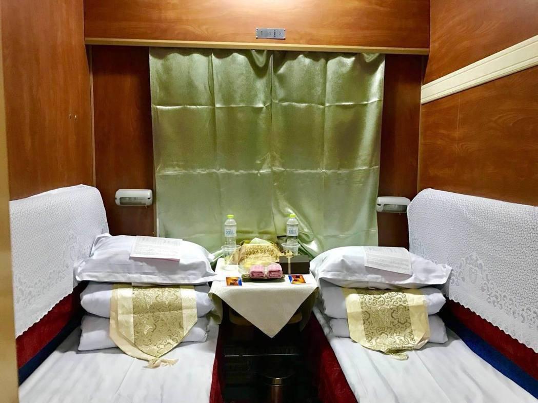香格里拉專列豪華雙人臥舖,配備齊全。巨匠旅遊/提供