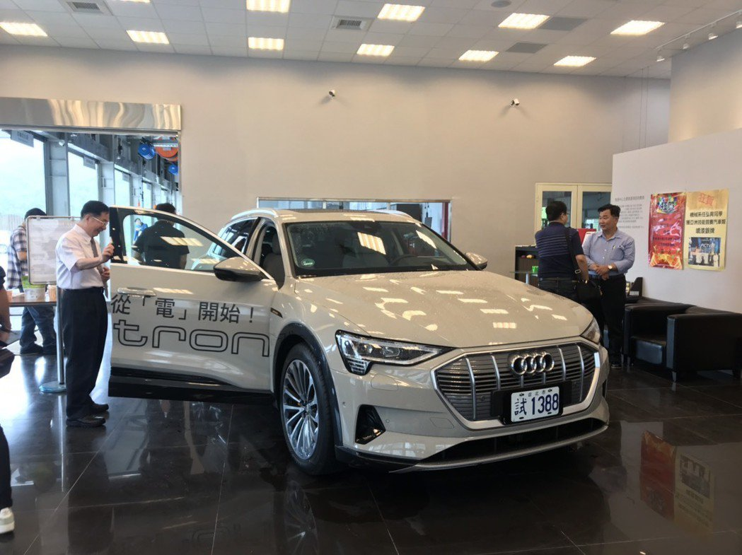 東南科大李清吟校長親自參加新能源車實車導覽與試駕活動。 東南科大/提供