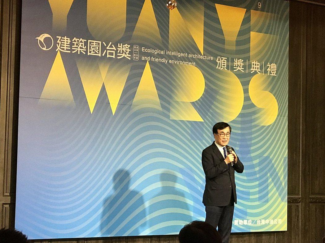 高雄市副市長李四川説,先把路舖平,建築物才能穩固。 攝影/張世雅