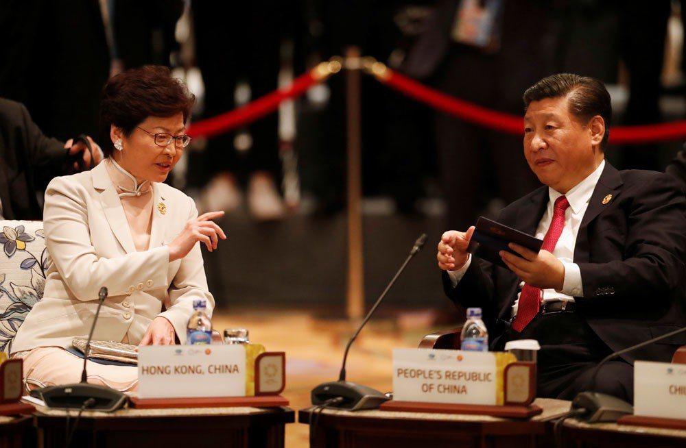 林鄭月娥(左)被視為習近平(右)人馬,讓中共官僚給予她最大政治支持。達志影像