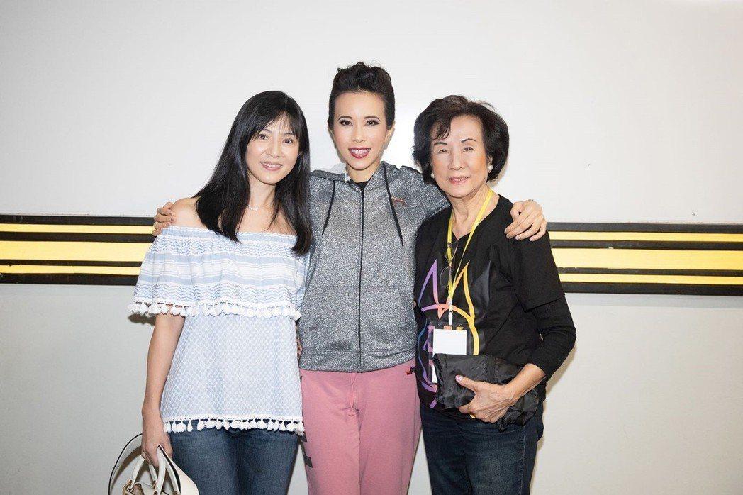 莫文蔚(中)開唱,楊采妮(左)、莫母現身打氣。圖/莫家寶貝工作室提供