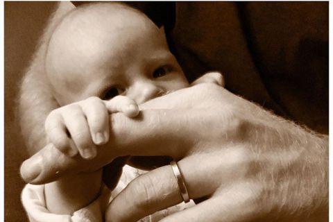 英國哈利王子和妻子梅根開心當爸媽過了一個月,兒子亞契的小臉終於首度對外公開,只見夫妻兩的官方社群帳號發布了亞契伸出小手抓住爸爸食指的可愛照片,亞契的眼睛和鼻子露出來,下半張臉卻被爸爸的手指遮住,相當...
