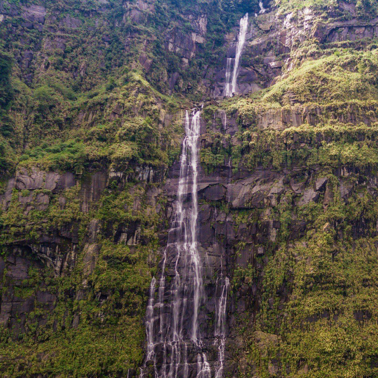梅雨豐沛,阿里山鄉豐山村東北方上游溪谷的天雲谷瀑布,水量充沛,氣勢磅礡,十分雄偉...