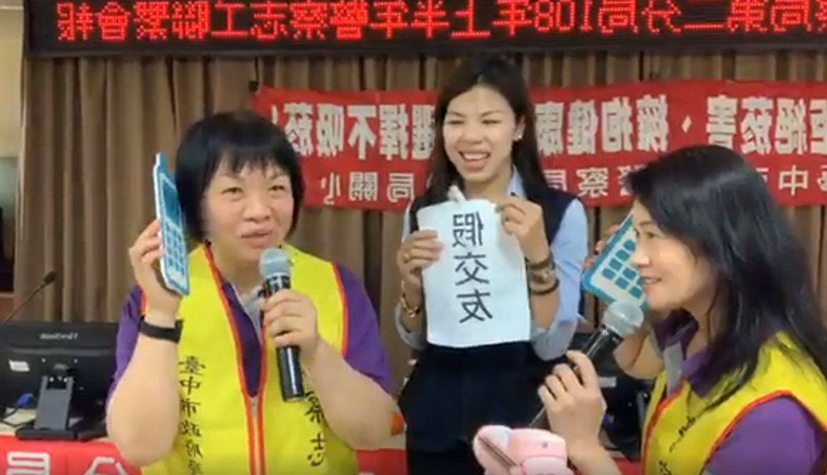 第二警分局偵查佐黃孟慧(中)用心設計反詐騙情境,邀請志工客串演出,加深印象。圖/...