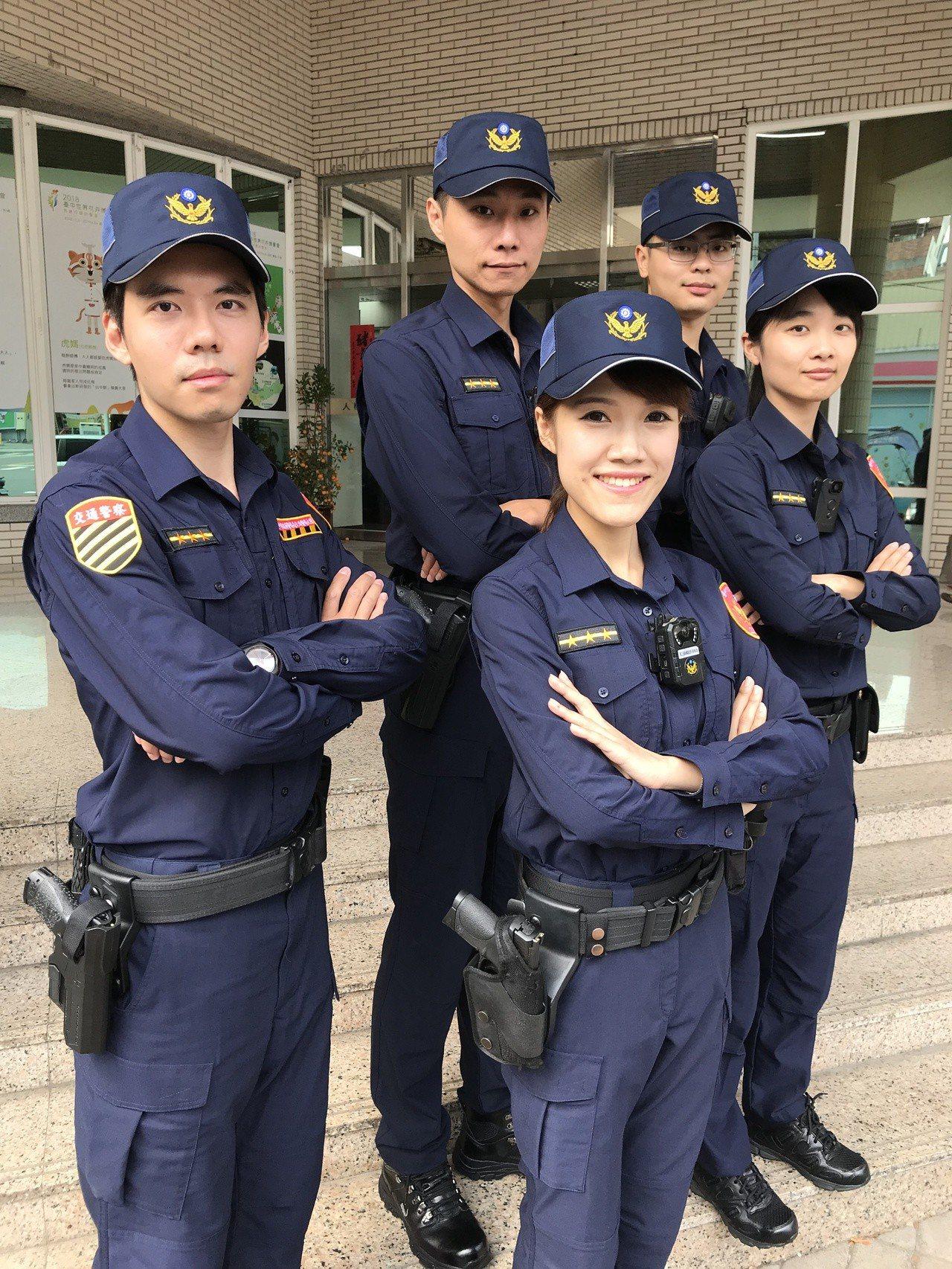 女警吳佩蓉(右前)長相清秀且口條清晰,經常擔任麻豆,替第二警分局拍攝宣傳照。記者...