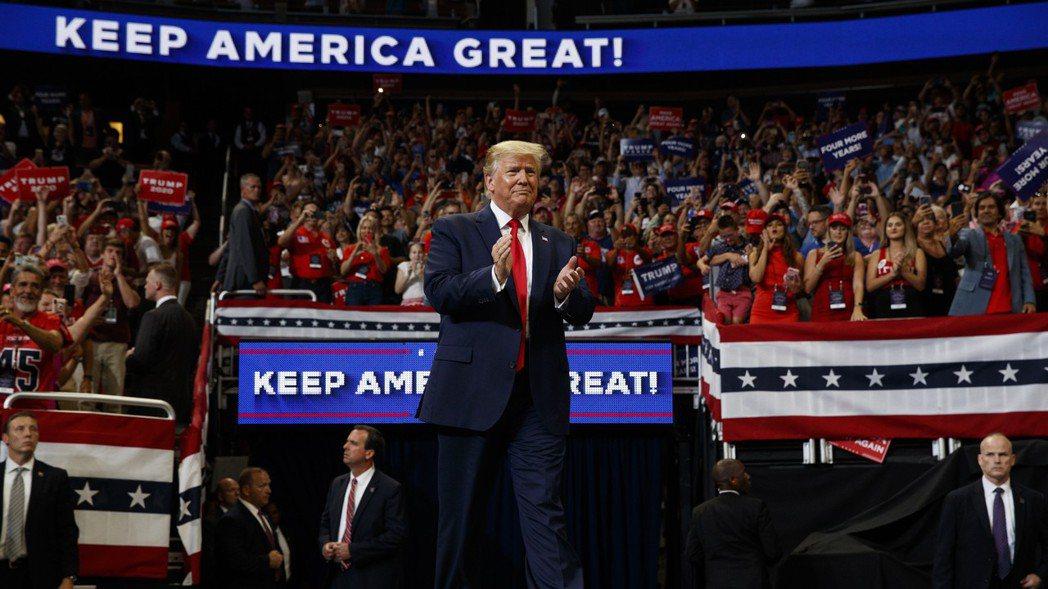 美國總統川普在佛州奧蘭多的集會上,正式宣布競選連任,標語主打「Keep Amer...