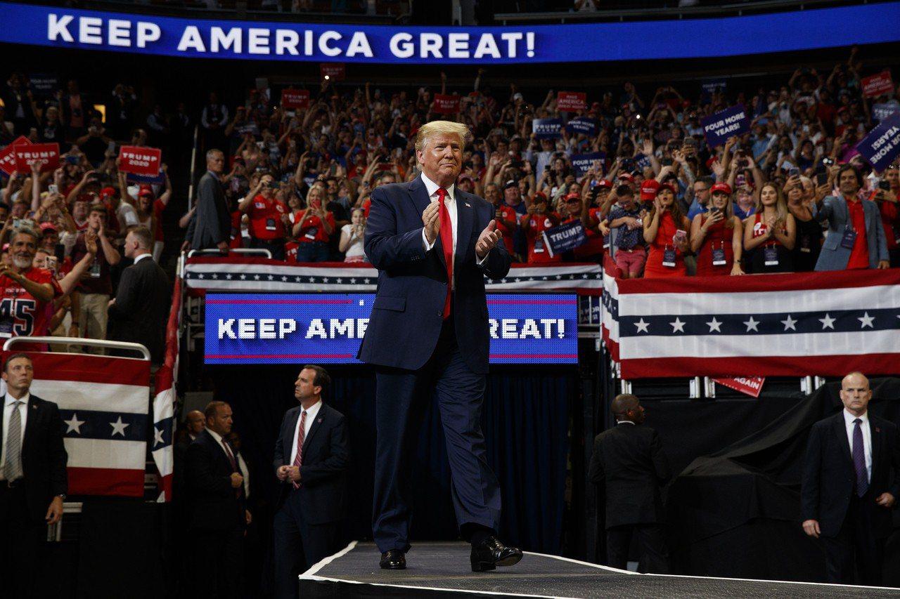 美國總統川普在佛州奧蘭多的集會上,正式宣布競選連任。 美聯社