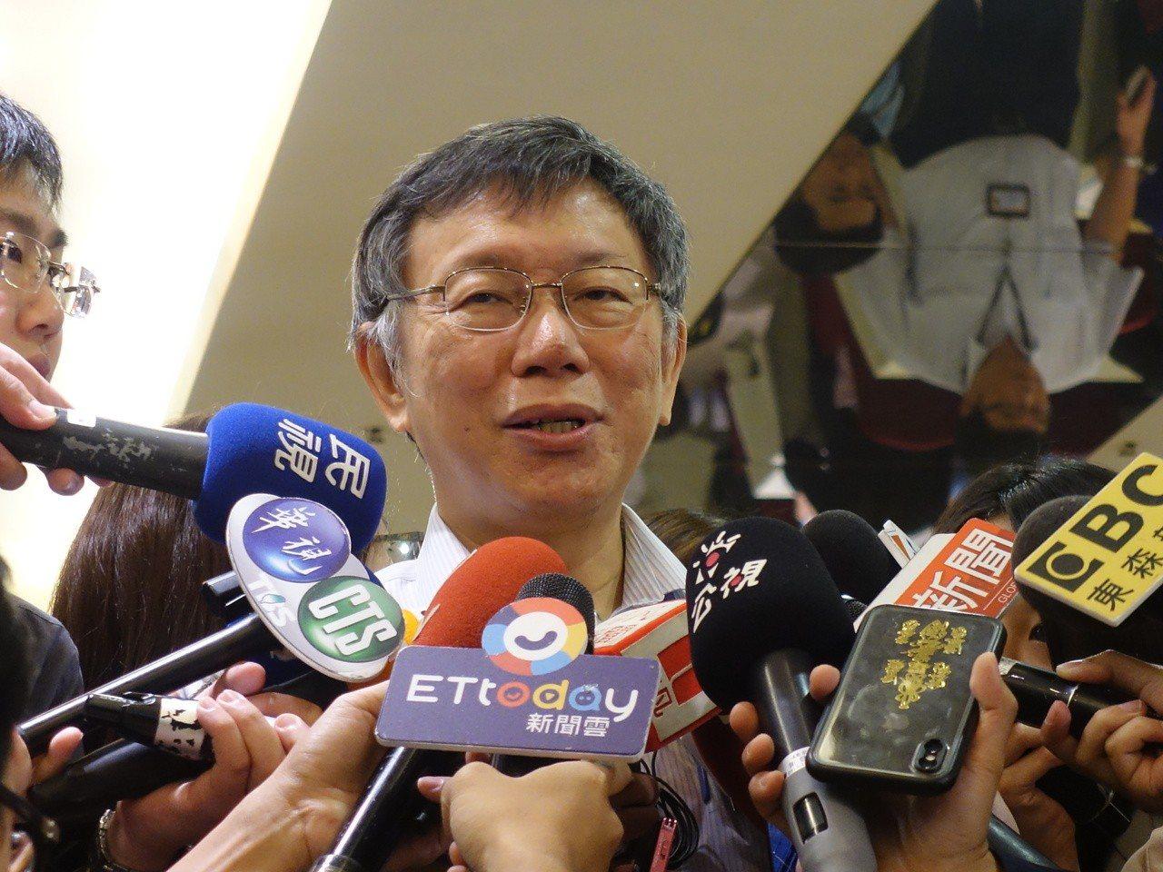 台北市長柯文哲笑說,藍綠應該要去思考,他什麼都不做,就這樣子晃晃晃,民調就幾乎和...