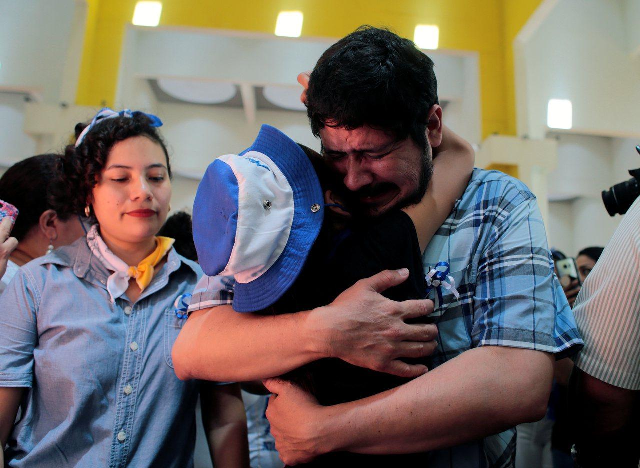 尼加拉瓜一名參與2018年反政府示威的被捕人士獲釋後激動落淚。路透