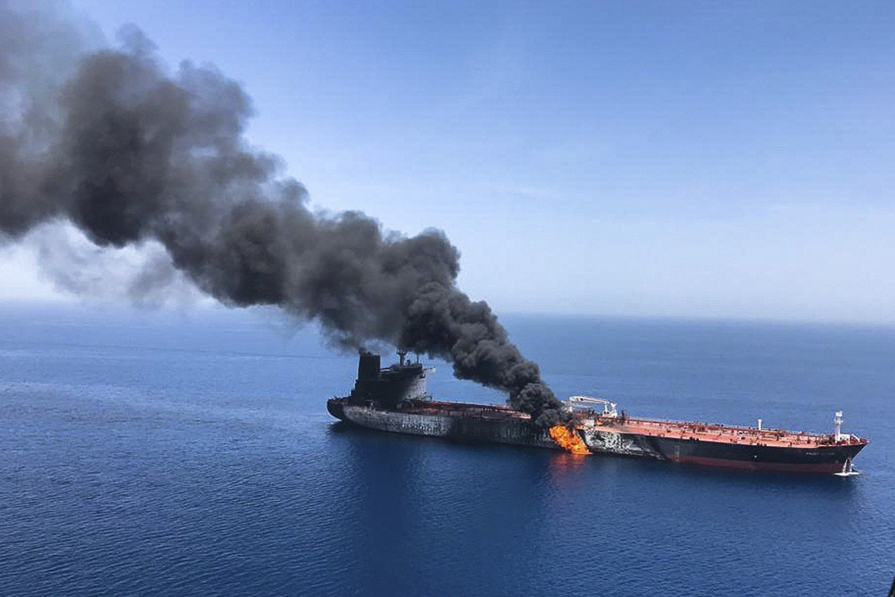 兩艘油輪本月十三日在荷姆茲咽喉海域遇襲,其中一艘船身起火並冒出濃煙,緊急棄船逃生...