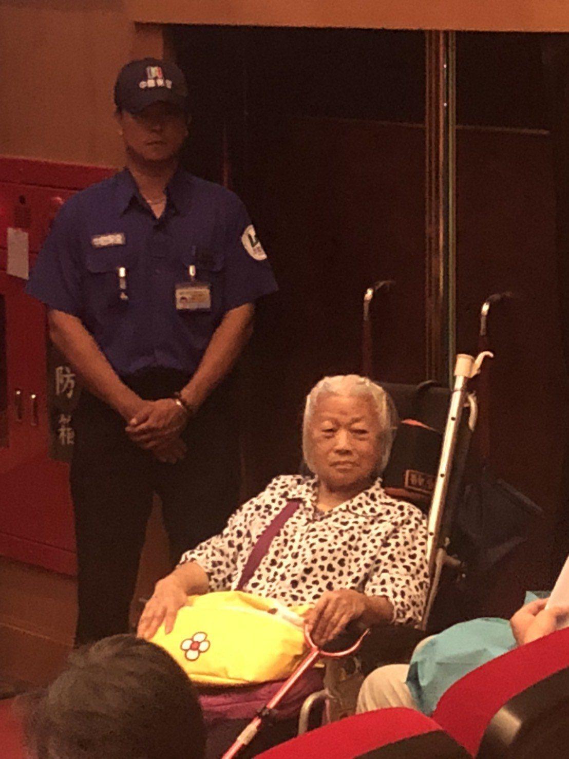中鋼股東會,有股東坐著輪椅參加,「鋼粉」擁戴中鋼令人動容。記者林政鋒攝影