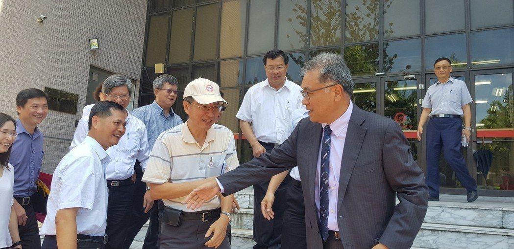 台糖董事長上午交接,原任董事長黃育徵離開時與員工握手致意。記者修瑞瑩/攝影