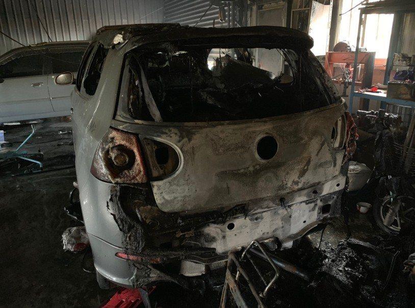 大雅一處汽車修配廠今晨火警,4輛汽車、3輛機車慘遭祝融。記者林佩均/翻攝