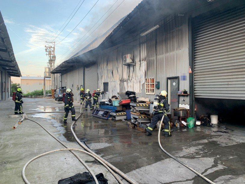 大雅一處汽車修配廠今晨火警,消防員佈水線滅火。記者林佩均/翻攝
