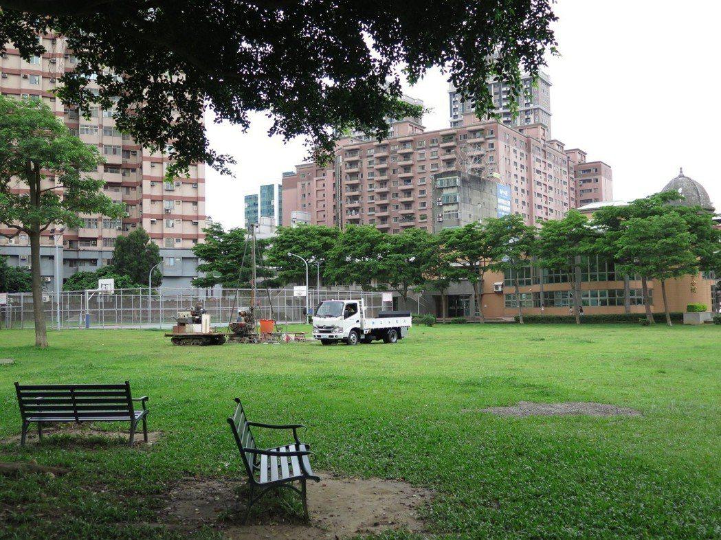 桃園市政府擬在中正公園綠地興建地下停車場與社福館,引起周邊居民反彈,甚至發起搶救...