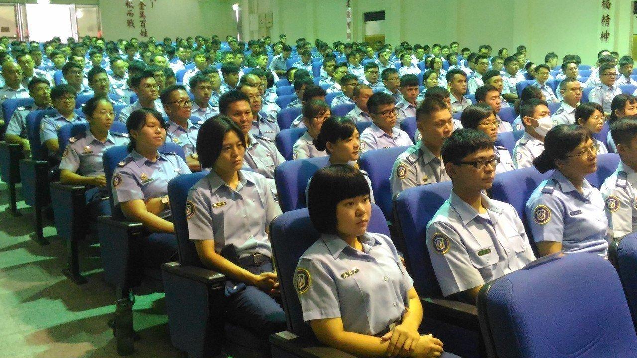 台南空軍383名官兵,聆聽器官捐贈者家屬黃中興,王清英夫婦分享兒子器捐心路歷程。...