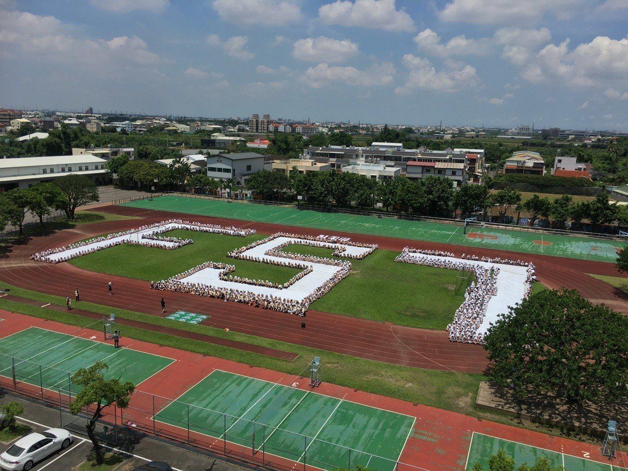 雲林正心中學今天上午11點參與祝福福衛7號發射空拍活動。記者陳雅玲/攝影