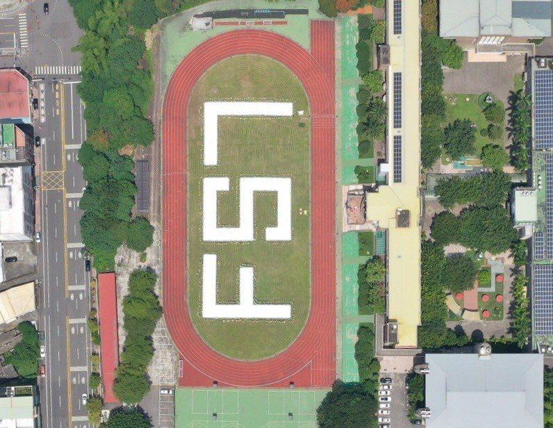 為祝福福爾摩沙衛星七號順利發射,國立彰化高商逾1350學生日前在操場,排出「FS...