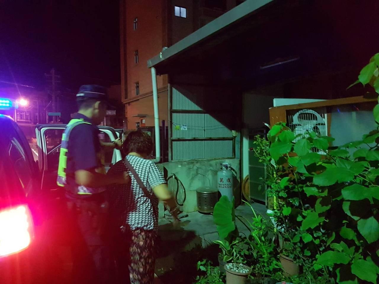 員警護送劉婦返家。圖/警方提供