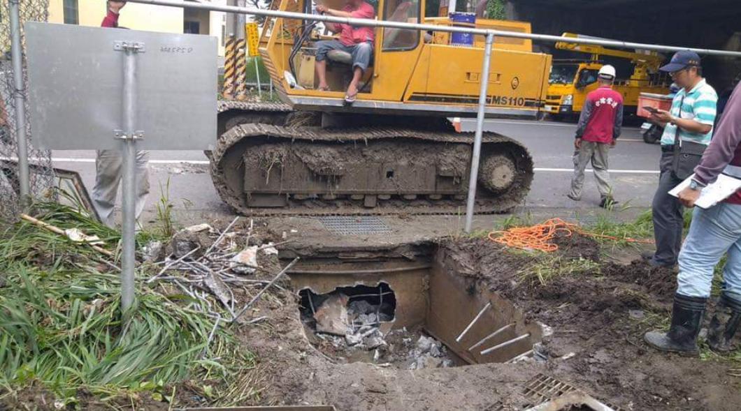 高雄市長韓國瑜19日表示,他花了6500萬元市長預備金清淤水溝,感嘆「高雄市民過...