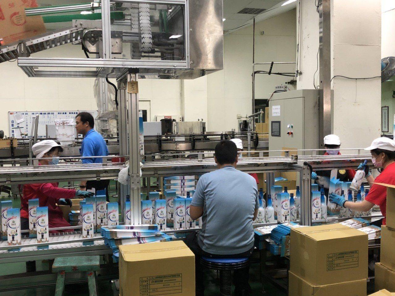金門酒廠的韓國瑜紀念酒,近日正趕工量產,預計首批有20萬瓶。記者蔡家蓁/攝影