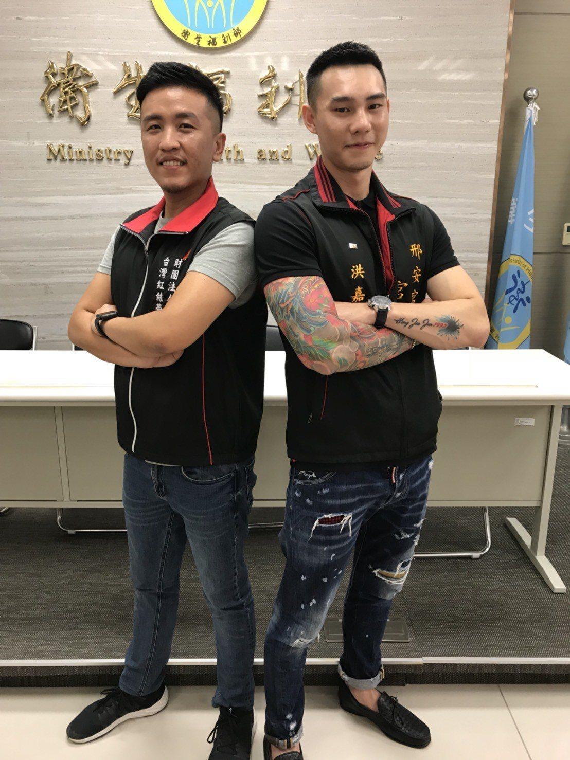 斗六邢安宮宮主洪嘉駿(右)與紅絲帶基金會主任林俊宏(左),今天在食藥署邀請下分享...