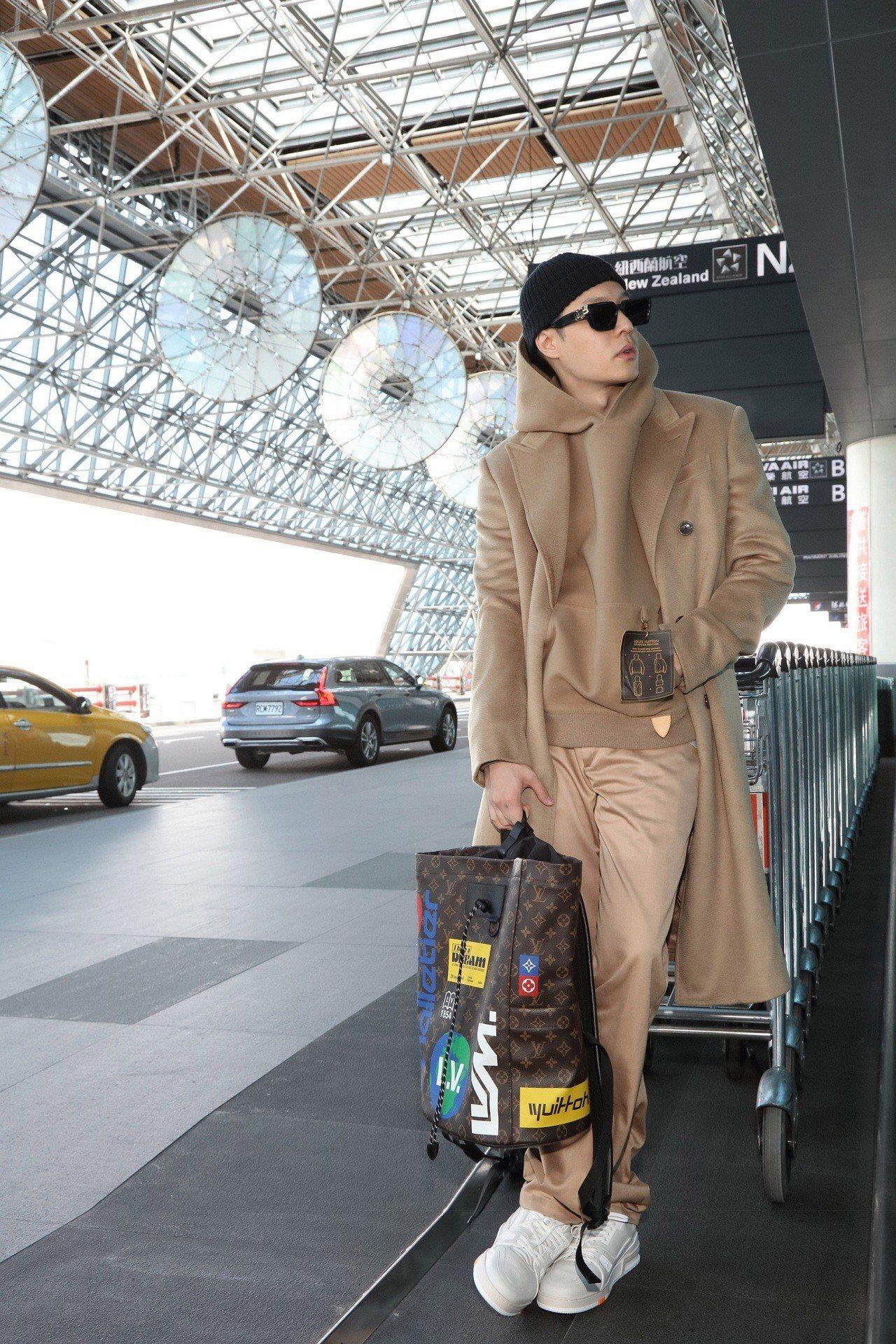 周湯豪穿上最新款的早秋Staples系列前往巴黎觀賞2020春夏男裝秀。圖/LV...